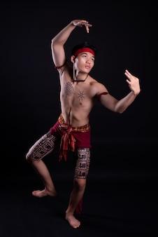 Jonge thailand man doet een traditionele dans