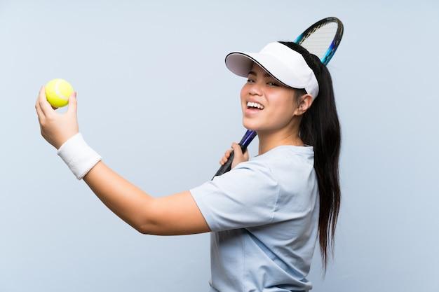 Jonge tiener aziatische meisje tennissen