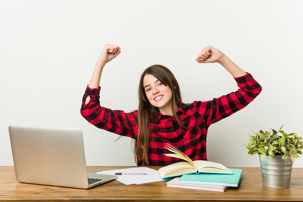 Jonge tiener die terug naar haar routine gaat die huiswerk doet dat een speciale dag viert.