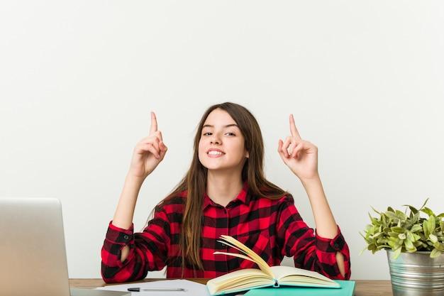 Jonge tiener die terug naar haar routine gaat die huiswerk doet.