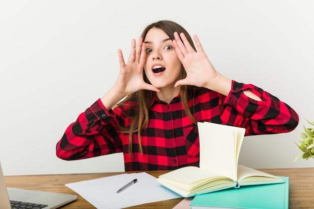 Jonge tiener gaat terug naar haar routine huiswerk schreeuwen opgewonden naar voren.