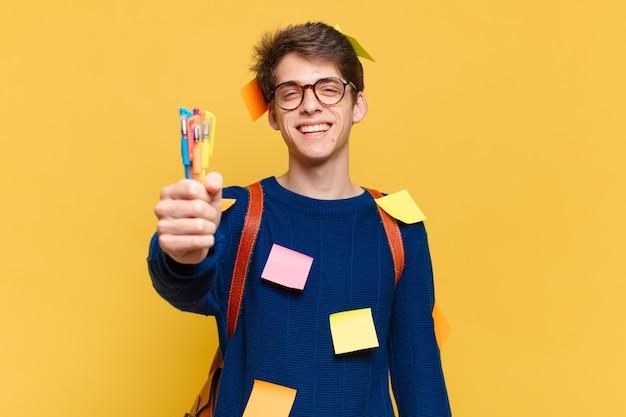 Jonge tiener man gelukkig expressie. universitair studentenconcept