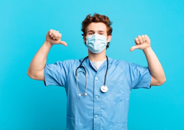 Jonge tiener man gelukkig expressie. verpleegster concept