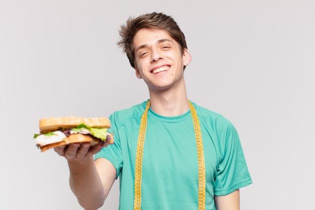 Jonge tiener man gelukkige uitdrukking