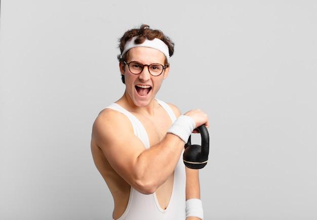 Jonge tiener man jonge gekke atleet boze uitdrukking. fitnessconcept