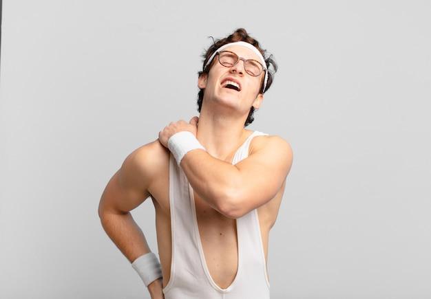 Jonge tiener man jonge gekke atleet droevige uitdrukking. fitnessconcept