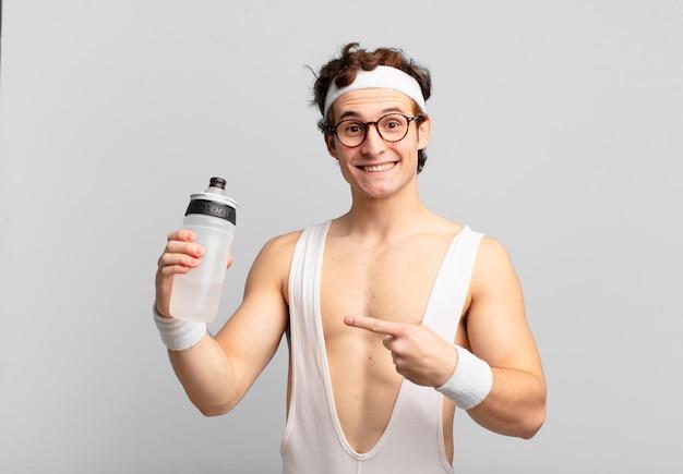 Jonge tiener man jonge gekke atleet wijzen of tonen. fitnessconcept