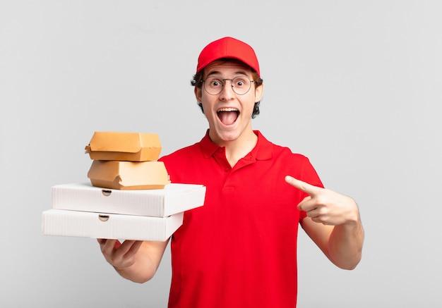 Jonge tiener man jonge pizza bezorger man wijzend of laten zien