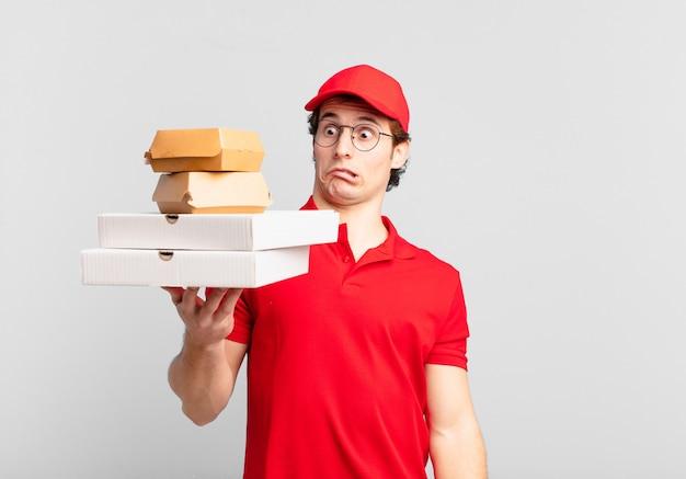 Jonge tiener man jonge pizza bezorgt man bange uitdrukking