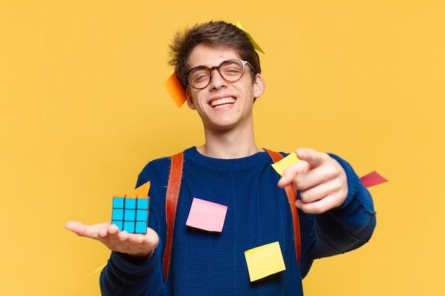 Jonge tiener man wijzen of tonen. universitair studentenconcept
