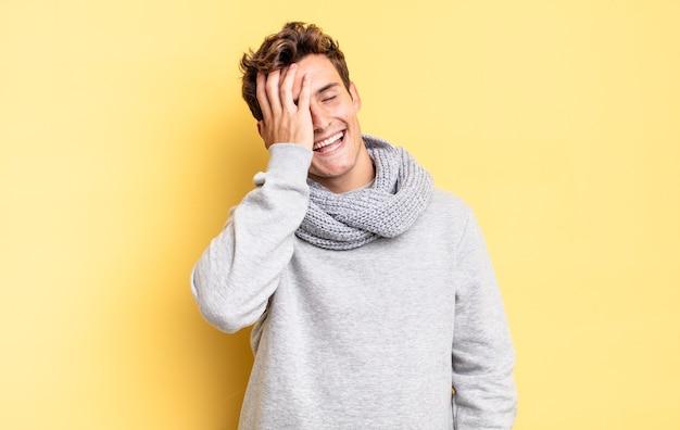 Jonge tienerjongen die lacht en op het voorhoofd slaat alsof hij dã€â™oh zegt! ik was het vergeten of dat was een stomme fout