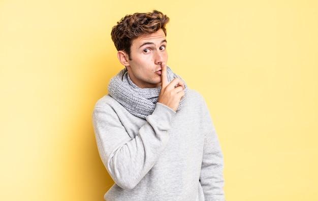 Jonge tienerjongen die om stilte en stilte vraagt, met de vinger voor de mond gebarend, shh zegt of een geheim houdt
