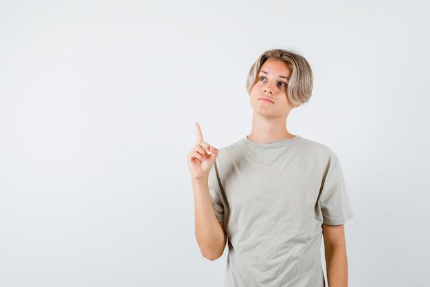 Jonge tienerjongen die omhoog wijst