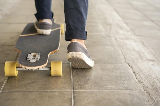 Jonge tienerjongen spelen op skateboard in openbaar park