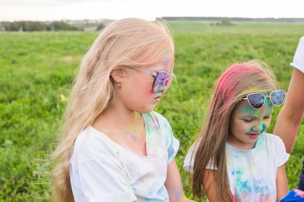 Jonge tieners in kleuren hebben plezier buitenshuis
