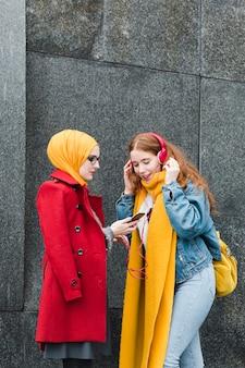 Jonge tieners luisteren naar muziek