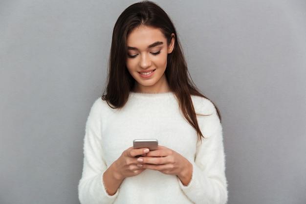 Jonge tienervrouw met smartphone