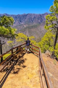 Jonge toerist die geniet van het uitzicht op de bergen van cumbrecita in het nationale park caldera de taburiente