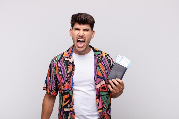 Jonge toerist met een paspoort die agressief schreeuwt, er erg boos, gefrustreerd, verontwaardigd of geïrriteerd uitziet, nee schreeuwt