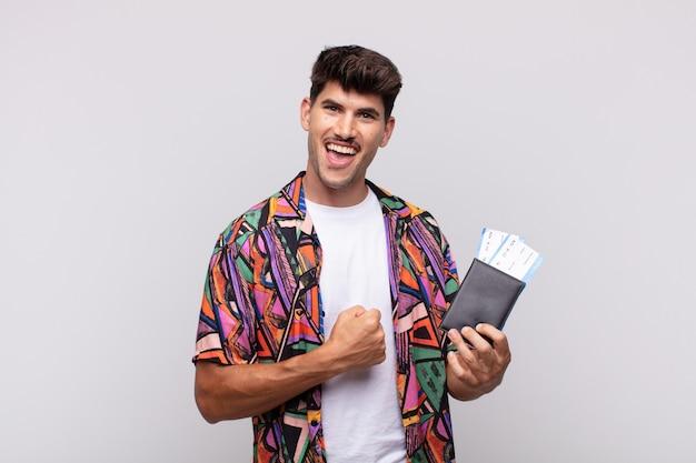 Jonge toerist met een paspoort die zich gelukkig, positief en succesvol voelt, gemotiveerd wanneer ze voor een uitdaging staan of goede resultaten vieren