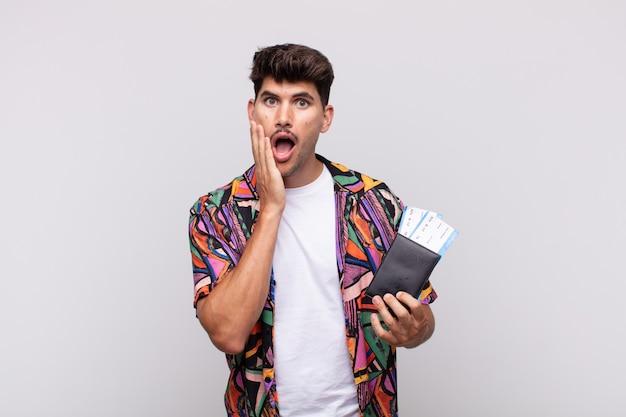 Jonge toerist met een paspoort die zich geschokt en bang voelt