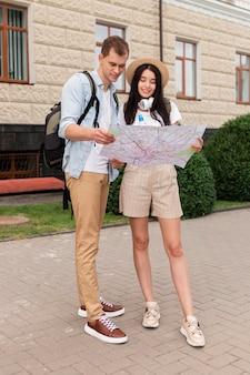 Jonge toeristen die op zoek zijn naar lokale bezienswaardigheden