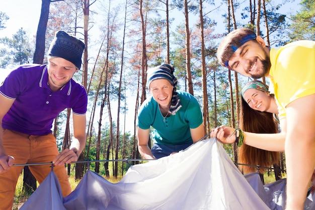 Jonge toeristen in het bos
