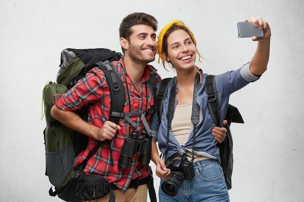 Jonge toeristen koppelen met apparatuur