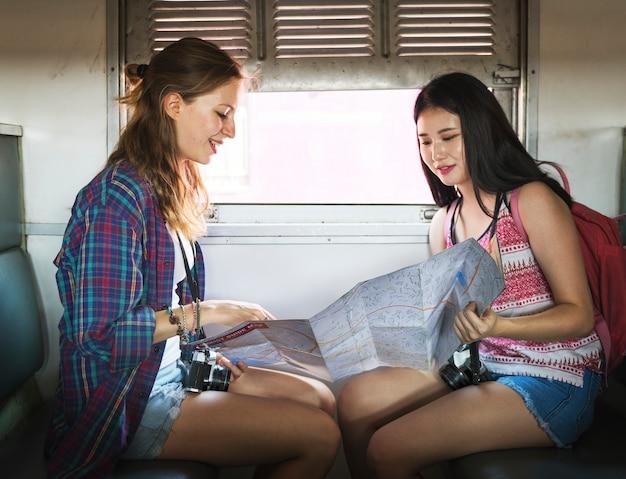 Jonge toeristen rijden in een trein