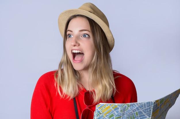 Jonge toeristenvrouw die kaart bekijkt.