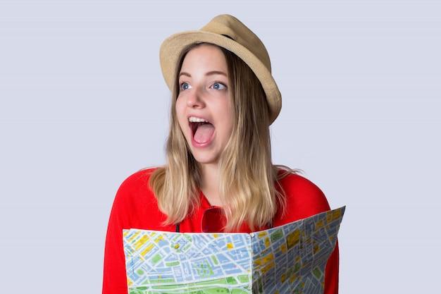 Jonge toeristenvrouw met kaart.