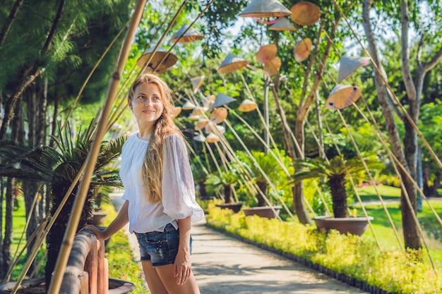 Jonge toeristenvrouw. reis door het concept van vietnam