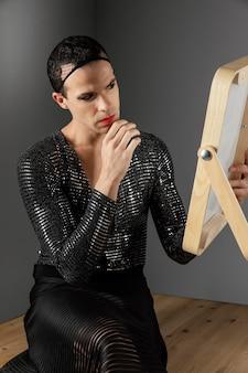 Jonge transgender persoon met een make-up borstel