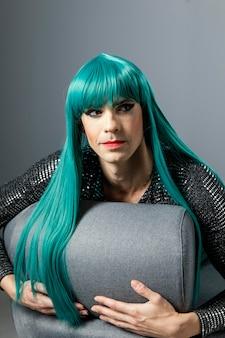 Jonge transgender persoon met groene pruik