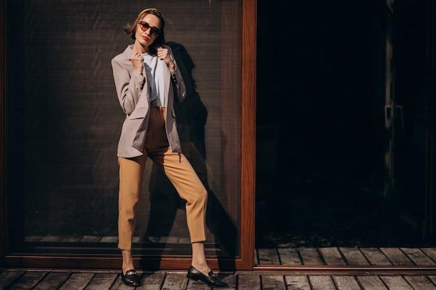 Jonge trendy vrouw model buiten de straat