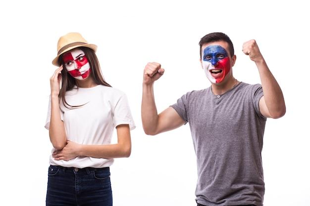 Jonge tsjechische en kroatische voetbalfans winnen en verliezen emoties die op een witte muur worden geïsoleerd