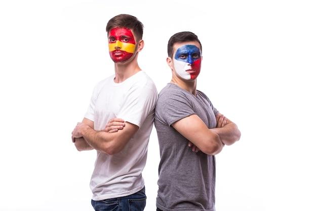 Jonge tsjechische en spaanse voetbalfan die op witte muur wordt geïsoleerd