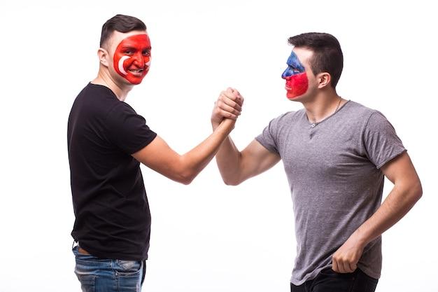Jonge tsjechische en tunesische voetbalfans die op witte muur worden geïsoleerd