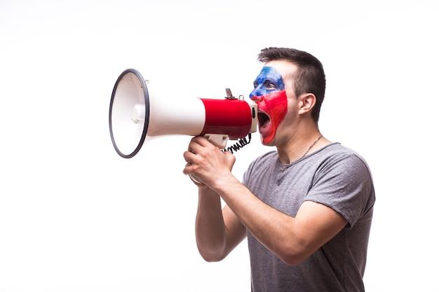 Jonge tsjechische voetbalfan met megafoon die op witte muur wordt geïsoleerd