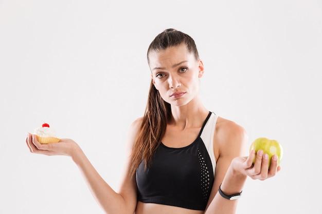 Jonge twijfelende sportvrouw kiezen