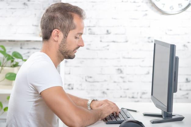 Jonge uitvoerende macht die met zijn computer werkt
