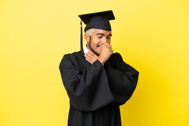 Jonge, universitair afgestudeerde colombiaanse man geïsoleerd op gele achtergrond lijdt aan hoest en voelt zich slecht
