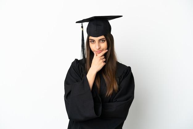 Jonge universitair afgestudeerde geïsoleerd op een witte achtergrond denken Premium Foto