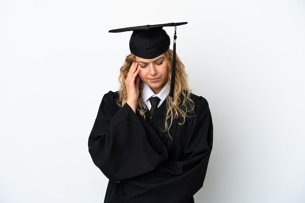 Jonge universitair afgestudeerde geïsoleerd op een witte achtergrond met hoofdpijn
