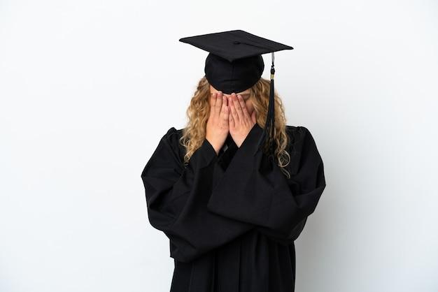 Jonge universitair afgestudeerde geïsoleerd op een witte achtergrond met vermoeide en zieke expression