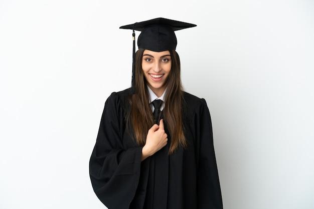 Jonge universitair afgestudeerde geïsoleerd op een witte achtergrond met verrassing gezichtsuitdrukking