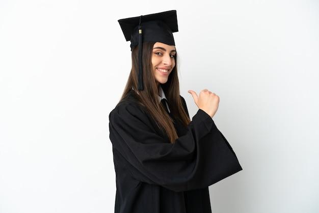Jonge universitair afgestudeerde geïsoleerd op een witte achtergrond trots en zelfvoldaan
