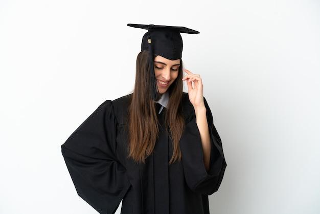 Jonge universitair afgestudeerde geïsoleerd op witte achtergrond lachen