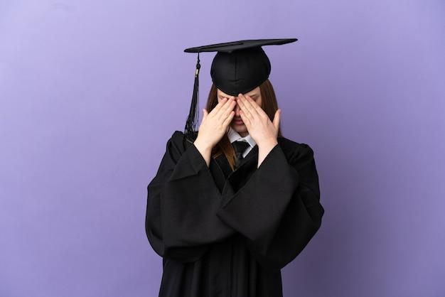 Jonge universitair afgestudeerde over geïsoleerde paarse achtergrond met vermoeide en zieke uitdrukking