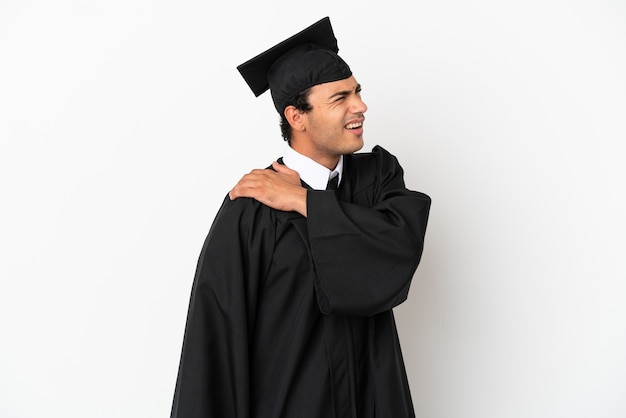 Jonge universitair afgestudeerde over geïsoleerde witte achtergrond die lijdt aan pijn in de schouder omdat hij moeite heeft gedaan